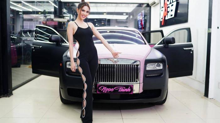 Ngọc Trinh khoe đường cong gợi cảm trong Rolls-Royce hồng cực chất
